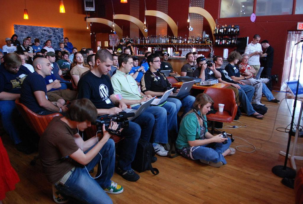 Teilnehmer eines BarCamps in Orlando, Florida: Es wird gleichzeitig diskutiert, zugehört und on-screen notiert.